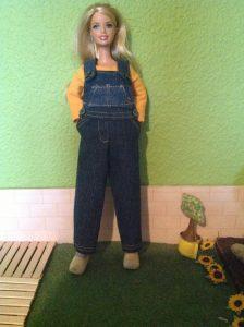 Barbie in spijkerstof overall, op klompen en geitenwollen sokken